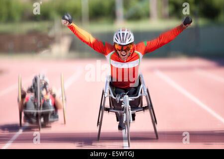Ligne d'arrivée à l'athlète à la compétition sportive-para Banque D'Images