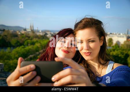 Deux jeunes femmes taking self portrait, Vienne, Autriche Banque D'Images