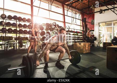 Levage de bodybuilders en Haltères fitness Banque D'Images