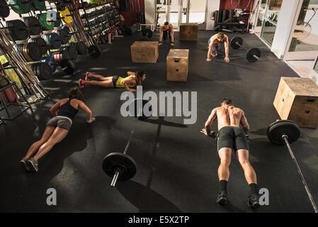 Poussez se lève en faisant bodybuilder sport