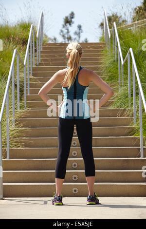Femme debout à la base des escaliers Banque D'Images
