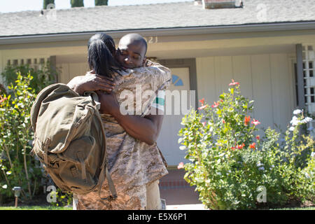 Femme Soldat hugging mari sur homecoming Banque D'Images