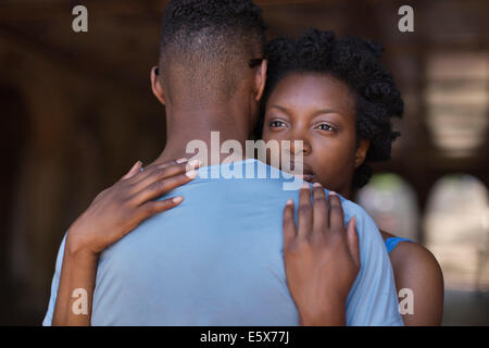Jeune couple hugging in Bethesda Terrace arcade, Central Park, New York City, USA Banque D'Images