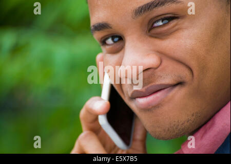 Close up portrait of young businessman chatting on smartphone Banque D'Images