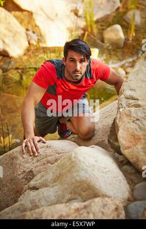 De jeunes hommes, des rochers d'escalade grimpeur Banque D'Images