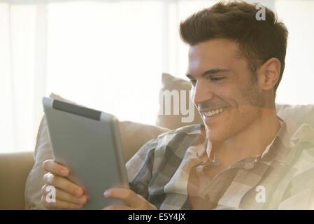 Tablettes numériques faire un chat vidéo avec vos amis et proches facile Banque D'Images