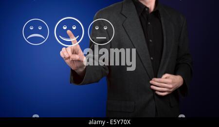 Businessman touching screen avec le service client formulaire d'évaluation. Banque D'Images