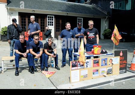 Frapper les pompiers sur la ligne de piquetage à l'extérieur de la caserne de pompiers Euston Road Centre de Londres Angleterre Grande-Bretagne Royaume-Uni samedi 9 août 2014