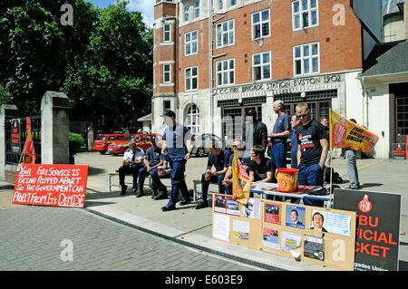 Substitution pompier sur ligne de piquetage à l'extérieur de la station de pompiers dans Euston Road, Londres, Angleterre, Grande-Bretagne UK Samedi 9 Août