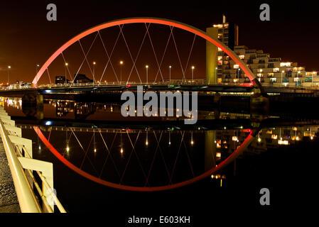 Le Clyde Arc reflète dans une rivière Clyde toujours prises la nuit