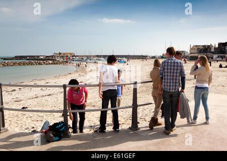 Royaume-uni l'Angleterre, dans le Dorset, Lyme Regis, visiteurs à la plage de Cobb Banque D'Images