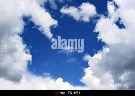 Ciel bleu et nuages de châssis, peut être utilisé comme arrière-plan Banque D'Images
