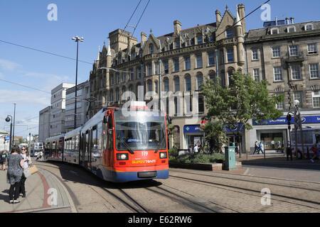 Une approche de l'arrêt de Supertram cathédrale du centre-ville de Sheffield, Angleterre, Royaume-Uni Banque D'Images