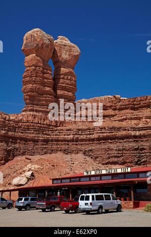 Lits jumeaux et lits de roches Navajo Rocks Trading Post, Bluff, San Juan County, Utah, USA Banque D'Images