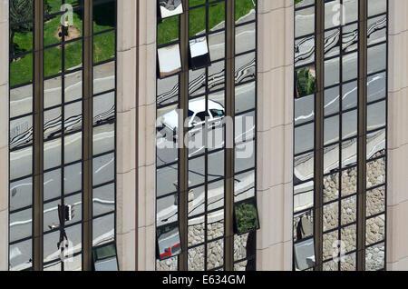 Réflexions en miroir de l'immeuble de bureaux modernes ou scène de rue avec voiture sur route Monaco Banque D'Images