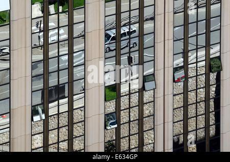 Réflexions de Scène de rue à Rétroviseur de Bloc de bureau Monaco Banque D'Images