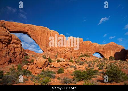 Fenêtre du sud (à gauche) et (à droite de la fenêtre du Nord), dans la section Windows, Arches National Park, près de Moab, Utah, USA