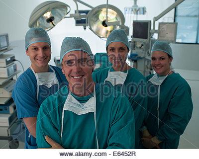 Équipe de chirurgiens en salle d'opération Banque D'Images