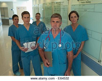 Équipe de chirurgiens in hospital corridor Banque D'Images