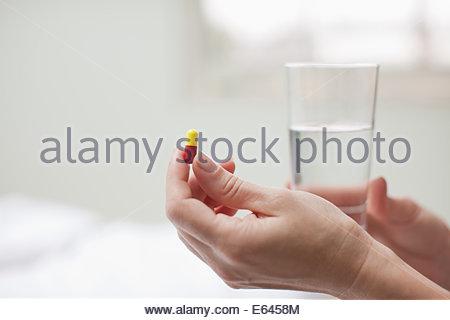 Woman holding pills et capsule Banque D'Images