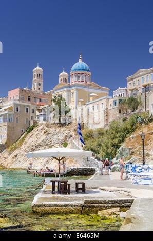 La plage d''Agios Nikolaos ci-dessous l'église au dôme bleu de Saint Nikolas, Ermoupoli, l'île de Syros, Cyclades, Banque D'Images