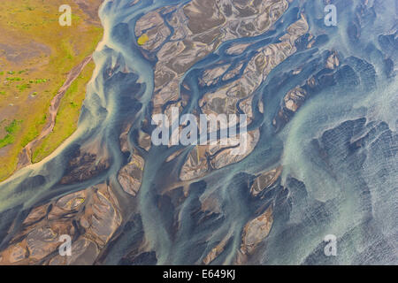 Vue aérienne de la rivière Hosa colorés par la fonte des glaciers, l'Islande SW