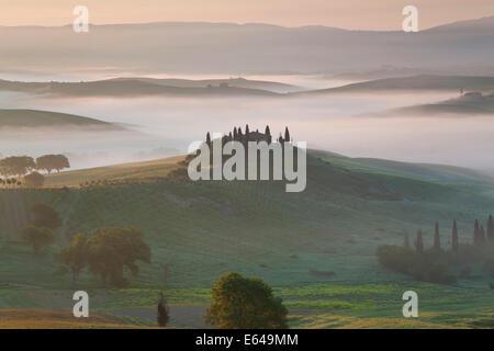 Ferme située dans la vallée, Val d'Orcia, Toscane, Italie Banque D'Images
