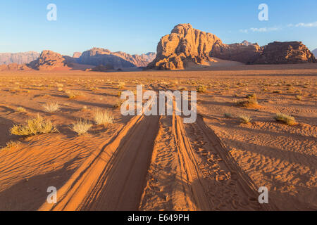 Les pistes dans le désert, Wadi Rum, Jordanie Banque D'Images