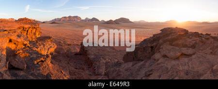 Le coucher du soleil, le désert de Wadi Rum, Jordanie