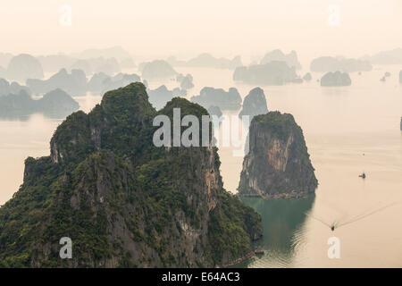 Vue sur misty la baie d'Ha Long, Vietnam du Nord Banque D'Images