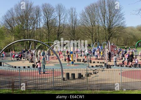 De nombreux enfants jouant dans l'aire de jeu, le plus grand quartier de Bolton, à Moses Gate Country Park, Farnworth.