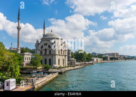 Mosquée de Dolmabahçe sur les rives du Bosphore, avec le Palais de Dolmabahce dans la distance. Banque D'Images