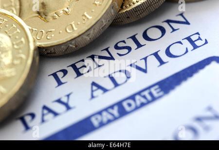 Payer la pension d'ENTREPRISE AVEC L'UN DES CONSEILS PIÈCES LIVRE DES PENSIONS DE RETRAITE DES REVENUS DES RETRAITÉS Banque D'Images