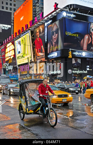 Cyclo sur Times Square, New York, USA. Banque D'Images