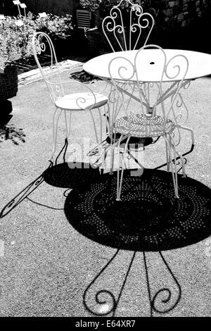 Noir et blanc à contraste élevé image de café style table et chaises à Kilver Court secret garden Shepton Mallet Banque D'Images