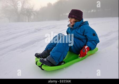 Petite fille de la luge en hiver
