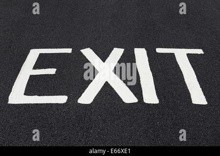 Exit Sign Painted sur une route. Banque D'Images