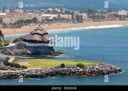 Le 18ème green à las Hadas Golf Resort à Playa Azul en arrière-plan, Manzanillo, Colima, Mexique Banque D'Images