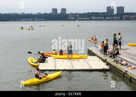 Les New-yorkais profiter gratuitement du kayak sur la rivière Hudson avec des kayaks fournis par Hudson River Park station près de 60th Street Manhattan
