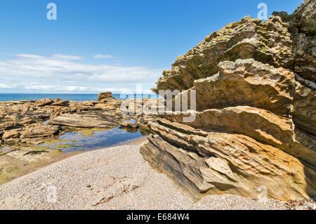 Des rochers de grès sculptés SUR LA PLAGE PRÈS DE HOPEMAN SUR LA CÔTE DE Moray en Écosse Banque D'Images
