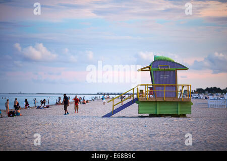 Miami en Floride USA la plage à l'aube autour d'un maître-nageur sauveteur, tour hut dans un style art déco, South Banque D'Images