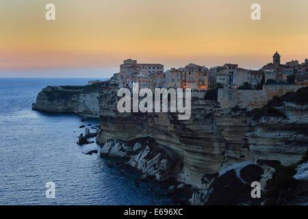 Ville haute sur la falaises de craie blanche au crépuscule, Bonifacio, Corse, France Banque D'Images
