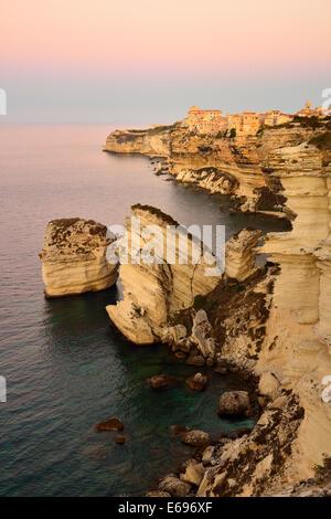 Ville haute sur le livre blanc des falaises de craie à l'aube, Bonifacio, Corse, France Banque D'Images
