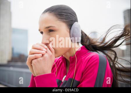 Caucasian woman réchauffement de la ville dans les mains Banque D'Images