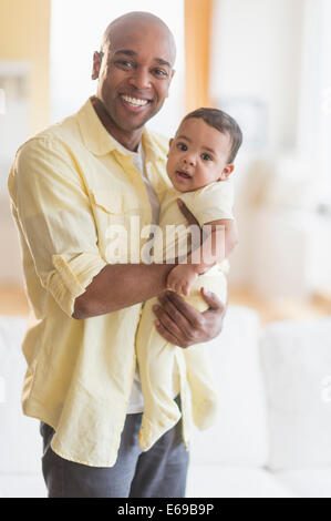 Smiling father holding baby Banque D'Images