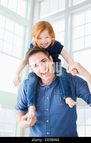 Woman carrying daughter on shoulders Banque D'Images