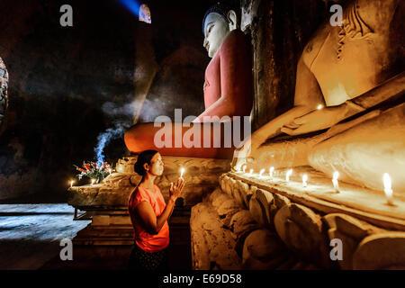 Femme Asiatique bougie d'éclairage à temple
