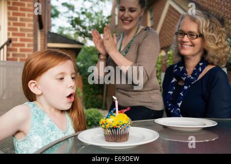 Trois générations de femmes caucasiennes celebrating birthday Banque D'Images