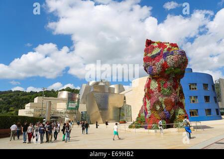 BILBAO, ESPAGNE - 10 juillet 2014: des personnes non identifiées, près de la fleur chiot en face du musée Guggenheim. Banque D'Images