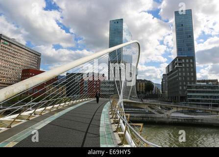 BILBAO, ESPAGNE - 10 juillet 2014: célèbre pont Zubizuri dans le centre de Bilbao, Pays Basque, Espagne. Banque D'Images
